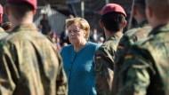 Appell in Seedorf: Merkel ehrt Soldaten der Kabuler Luftbrücke