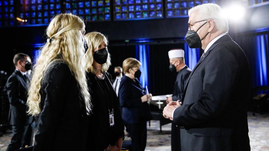 Bundespräsident Frank-Walter Steinmeier spricht in der Kaiser-Wilhelm-Gedächtniskirche mit Besucherinnen des Gottesdienstes.