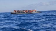 Ein Schlauchboot mit 129 Flüchtlingen an Bord treibt vor der libyschen Küste im Mittelmeer.