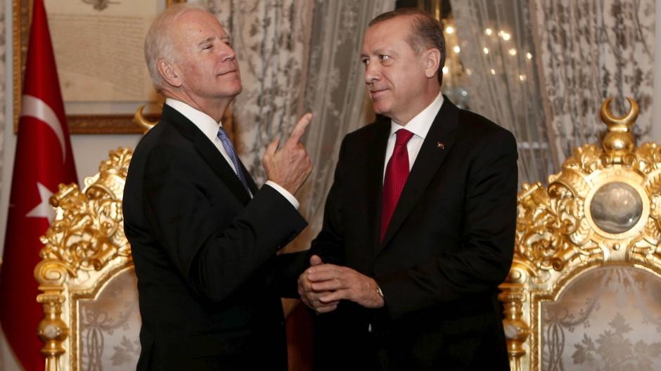 Kennen sich: Der damalige amerikanische Vizepräsident Joe Biden 2016 zu Besuch bei dem türkischen Präsidenten Erdogan in Istanbul.