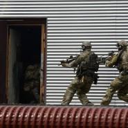 Soldaten des Kommandos Spezialkräfte (KSK) stürmen in Calw während einer Übung in eine Tür (Archivbild).