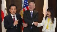 Dreierbündnis gegen Nordkoreas Drohungen: Der amerikanische Verteidigungsminister Jim Mattis (Mi.), zusammen mit seiner japanischen Amtskollegin Tomomi Inada und dem südkoreanischen Verteidigungsminister Han Minkoo bei einer Sicherheitskonferenz in Singapur.