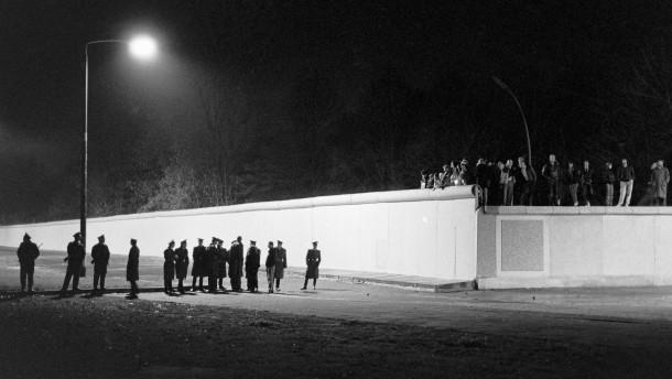 Fall der Berliner Mauer: In der Nacht des 9. November 1989 wird der Grenzbereich am Brandenburger Tor von DDR-Posten gesichert, Berlin, Deutschland, Europa