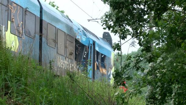 Zug kollidiert mit Gülletransporter – zwei Tote