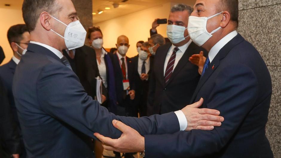 Herzliche Begrüßung: Bundesaußenminister Heiko Maas (links) trifft am Montag in Ankara auf seinen türkischen Amtskollegen Mevlut Cavusoglu