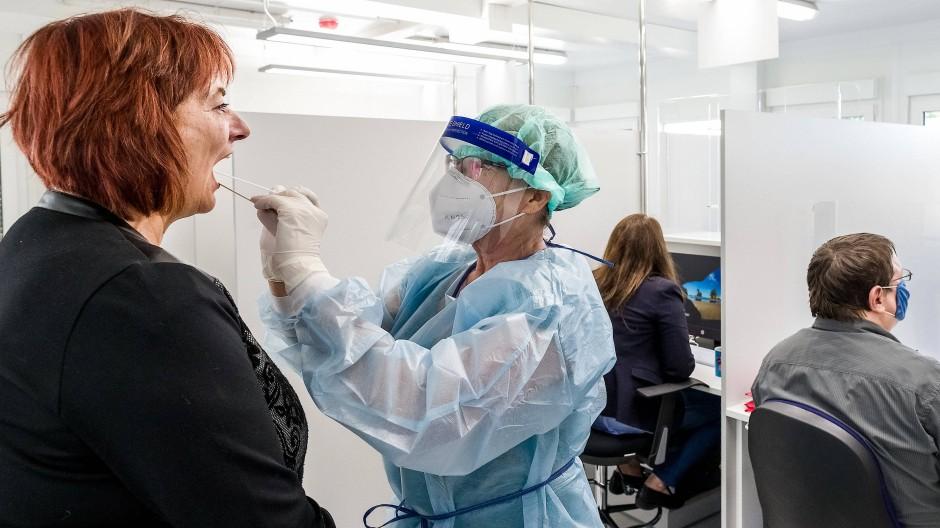 Eine Ärztin nimmt im neuen Corona-Testzentrum am Hamburger Hauptbahnhof einen Abstrich