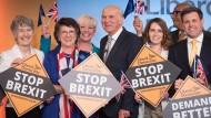 Vince Cable (M), Vorsitzender der britischen Partei Liberal Democrats, steht bei der Auftaktveranstaltung des Wahlkampfs für die Europawahl in der Dock Gallery auf der Bühne.
