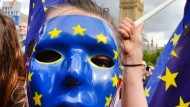 Eine Pro-EU Demonstrantin steht 2017 auf dem Parliament Square in London während einer Anti-Brexit-Demonstration.