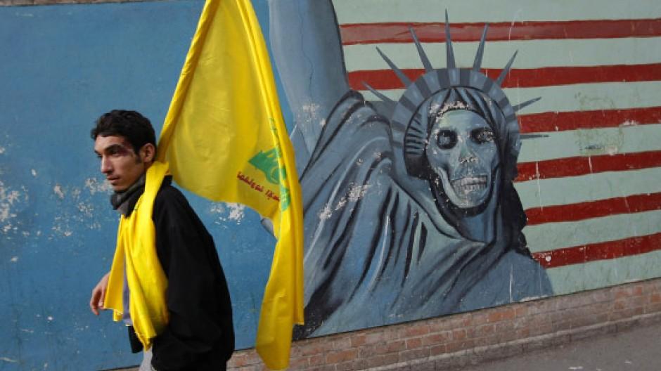 Vor einem Neuanfang? Passant vor der ehemaligen amerikanischen Botschaft in Teheran