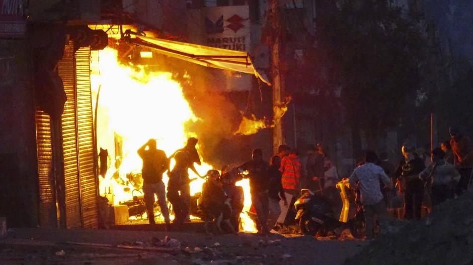 Dieses Geschäft in Delhi wurde in Brand gesetzt.