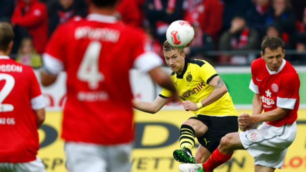 Marco Reus (2ndR) of Borussia Dortmund attempts to score against FSV Mainz 05 during  their German first division Bundesliga soccer match in Mainz