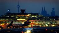 Standortwahl ohne Berücksichtigung von Lärmschutzfragen: Nicht nur der Flughafen Köln/Bonn liegt in unmittelbarer Stadt (und Stadtbewohner)-nähe.