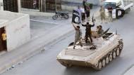 """Kämpfer der Terrormiliz """"Islamischer Staat"""" während einer Parade in Raqqa im Juni 2014"""