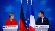 Angela Merkel und Emmanuel Macron vor Journalisten in Brüssel.