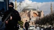 Januar 2016: Tage nach dem Anschlag bewachen Polizisten das Gelände rings um die Blaue Moschee in Istanbul.