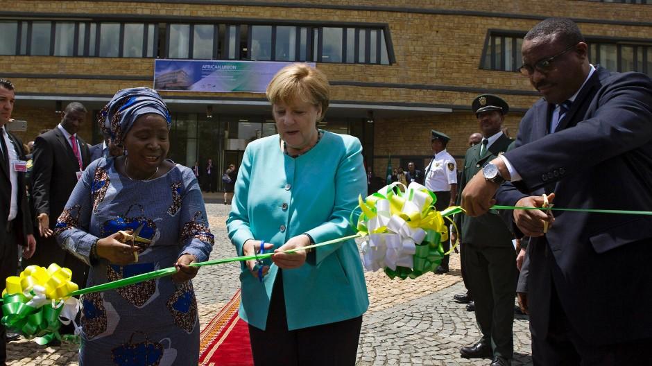 Angela Merkel mit der Vorsitzenden der Afrikanischen Union, Nkosazana Dlamini-Zuma, und dem äthiopischen Premierminister Hailemariam Desalegn in Addis Abeba