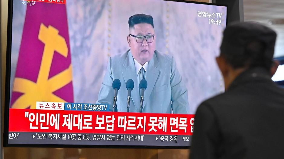 Ein Mann verfolgt am Samstag in Seoul eine Rede des nordkoreanischen Machthabers angesichts des 75. Jahrestages der Gründung der Arbeiterpartei