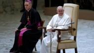 Ein fast schon vertrautes Lächeln: Papst Franziskus stellt sich den Fragen der Journalisten