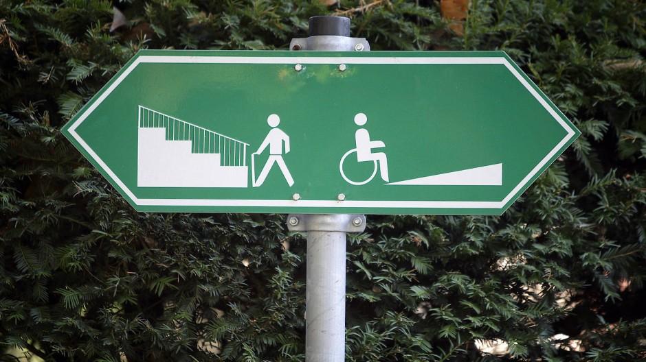 Ein Schild weist am 20.10.2008 darauf hin, dass Fußgänger links eine Treppe und Rollstuhlfahrer rechts eine Auffahrt benutzen können.