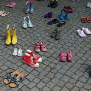"""Kinderschuhe liegen verteilt vor dem Landtag in Hannover. Die Mitglieder der Initiative """"Kinder von Lügde"""" haben sie dort abgelegt."""