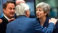 Einen letzten Kuss für Europa? Theresa May und EU-Kommissionspräsident Juncker begrüßen sich in Brüssel.