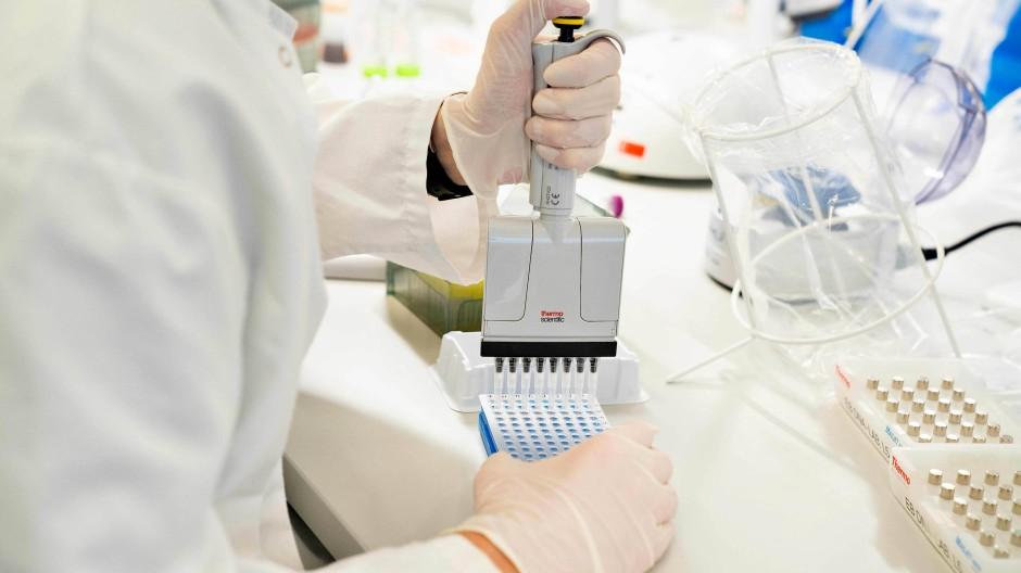 Ein Wissenschaftler an der Universität Aalborg untersucht am 15. Januar Coronavirus-Proben aus Großbritannien auf Mutanten.
