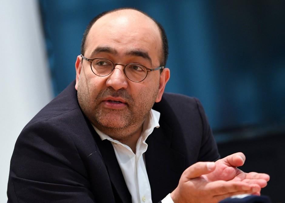 Nouripour, 42, rückte 2006 für Joschka Fischer in den Bundestag, dem er seitdem angehört. Seit 2013 ist der Frankfurter mit iranischen Wurzeln außenpolitischer Sprecher der Grünen.