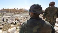 Soldaten am vom IS zerstörten Bel-Tempel in Palmyra