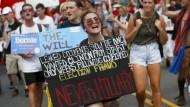 """Qui bono? Wütende Anhänger des Demokraten Bernie Sanders gehen nach dem """"DNC""""-Leak auf den Straßen von Philadelphia"""