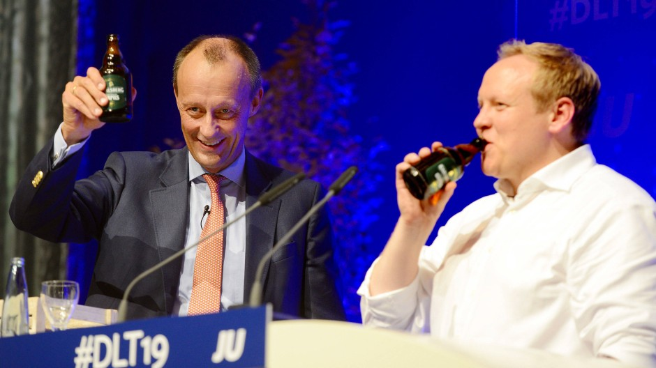 Umjubelter Gast aus dem Sauerland: Der frühere Unions-Fraktionsvorsitzende Friedrich Merz neben JU-Chef Tilman Kuban (rechts) am Freitag