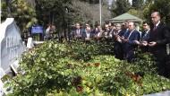 Am Tag nach dem Referendum betet Präsident Erdogan (r.) am Grab des früheren Ministerpräsidenten Necmettin Erbakan in Istanbul