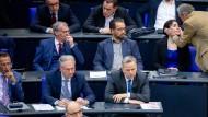 Der AfD-Abgeordnete Armin-Paul Hampel spendet Mariana Harder-Kühnel Trost nach dem 3. Wahlgang für das Amt der stellvertretenden Bundestagspräsidentin.
