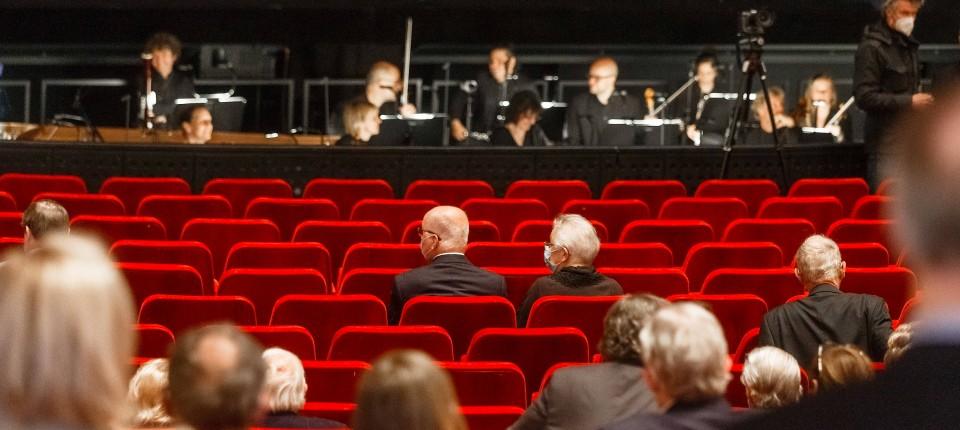 Besucher sitzen Ende Mai mit großen Abständen in der Staatsoper Hamburg. Von Samstag an können Theater, Restaurants und andere Einrichtung nur noch Geimpfte und Genesene einlassen.