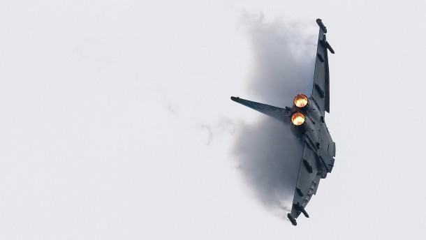 Merkel bekennt sich zu höheren Verteidigungsausgaben