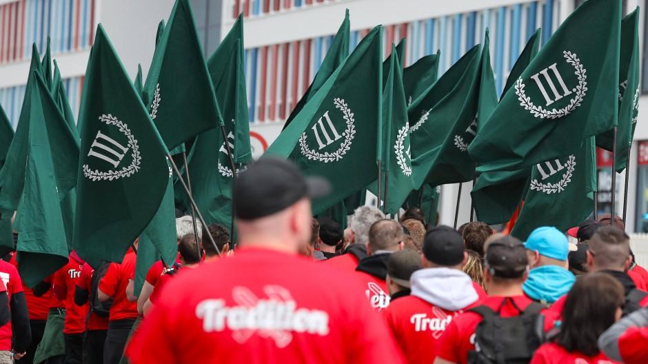 """Teilnehmer einer Demonstration von Rechtsextremisten der Partei """"Der III. Weg"""" gehen durch die Straßen von Chemnitz (Archivbild)."""