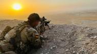 Ein KSK-Soldat sichert das Gelände nahe des Camps Marmal im Norden Afghanistans.