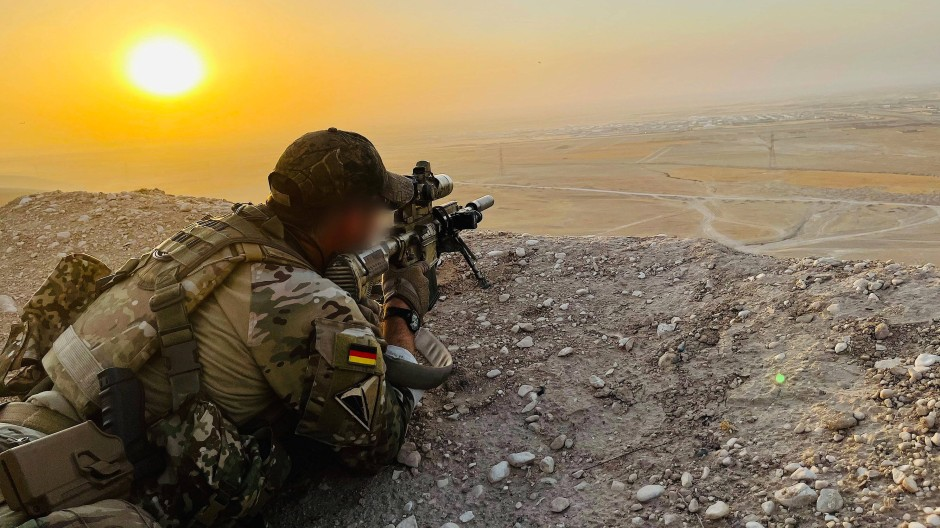Blick auf die letzte Bastion: Ein KSK-Soldat sichert das Gelände nahe des Camps Marmal im Norden Afghanistans.