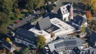 Die Bischofsresidenz aus der Luft: Neubau und Innenhof