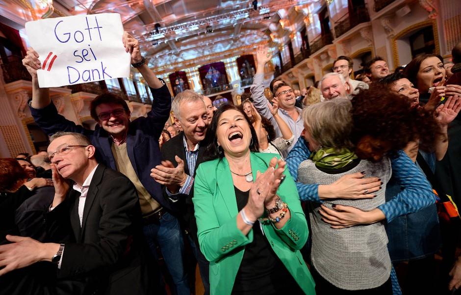Auf einer Wiener Wahlparty jubeln Anhänger Van der Bellens nach Bekanntwerden der ersten Hochrechung.