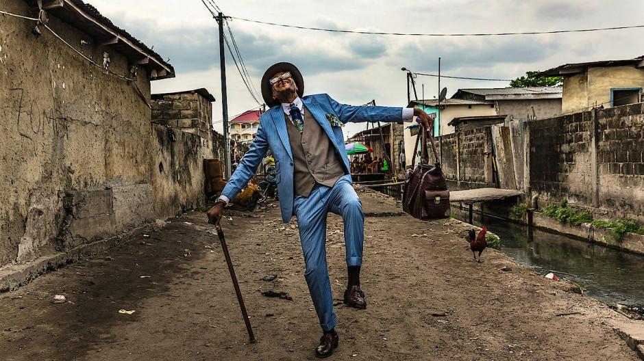 """Triste Verhältnisse, ästhetischer Stil. Abbildung aus dem Buch """"Sapeurs. Ladies and Gentlemen of the Congo."""""""