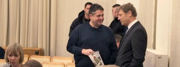 SPD-Chef und Vizekanzler Sigmar Gabriel unterhält sich am 23. Januar 2015 in Dresden mit Kommunikationswissenschaftler Wolfgang Donsbach (r). Gabriel nahm an einer Diskussionsveranstaltung mit Anhängern und Gegnern der islamkritischen Pegida teil.