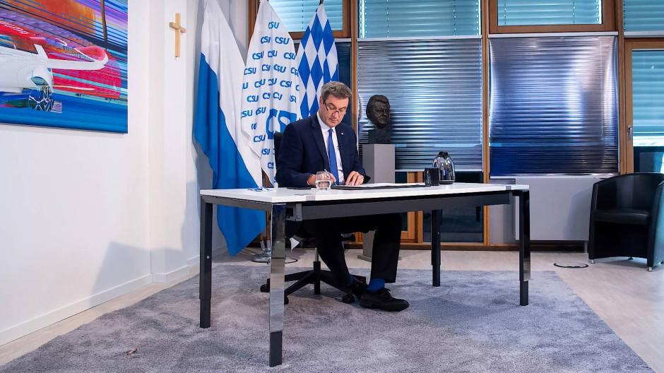 Der bayerische Ministerpräsident und CSU-Vorsitzende Markus Söder am Samstag in seinem Büro