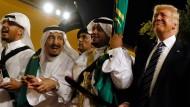 Zu Gast bei Waffenbrüdern: Amerikas Präsident Donald Trump (mit Säbel) neben saudischen Adligen, darunter König Salman (Zweiter vorn links)