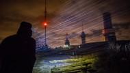 Hagelkörner im Horizontalflug, erhellt von der Stirnleuchte eines Wanderers, aufgenommen am Donnerstagabend auf dem Gipfelplateau des Großen Feldbergs