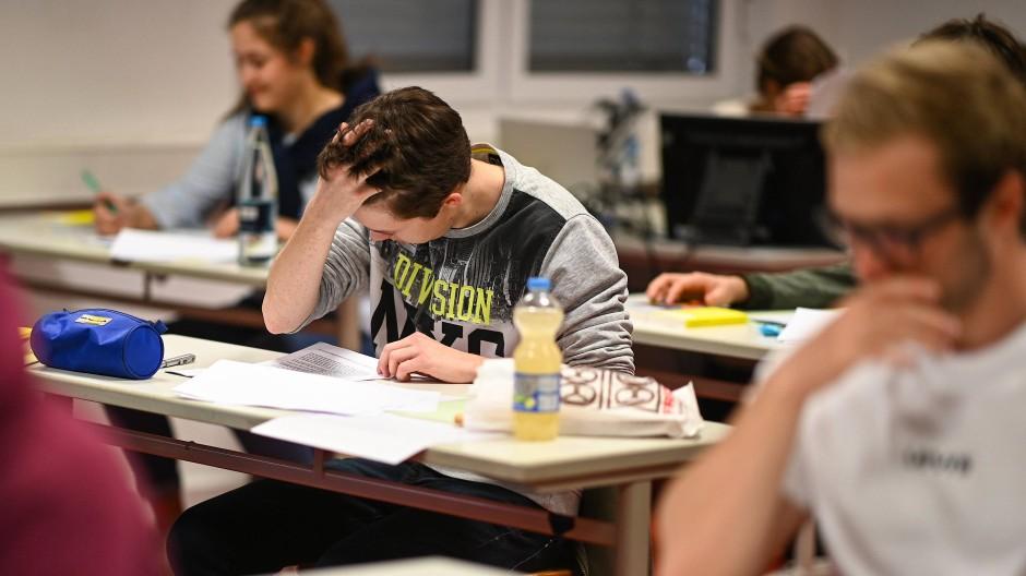 Grübeln im Süden: Ravensburger Abiturienten lesen sich kurz vor Beginn der Prüfung die Abituraufgaben im Fach Deutsch durch.