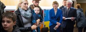 Warten in Berlin-Zehlendorf: Bundespräsident Frank-Walter Steinmeier zusammen mit seiner Frau Elke Büdenbender und Bürgern (links von ihm) in ihrem Wahllokal