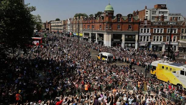 Das olympische feuer wird durch die britische hauptstadt getragen