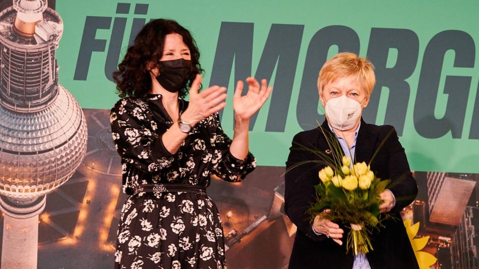 Bald vorsichtiger? Bettina Jarasch (links), Spitzenkandidatin der Berliner Grünen, mit der Grünen Renate Künast