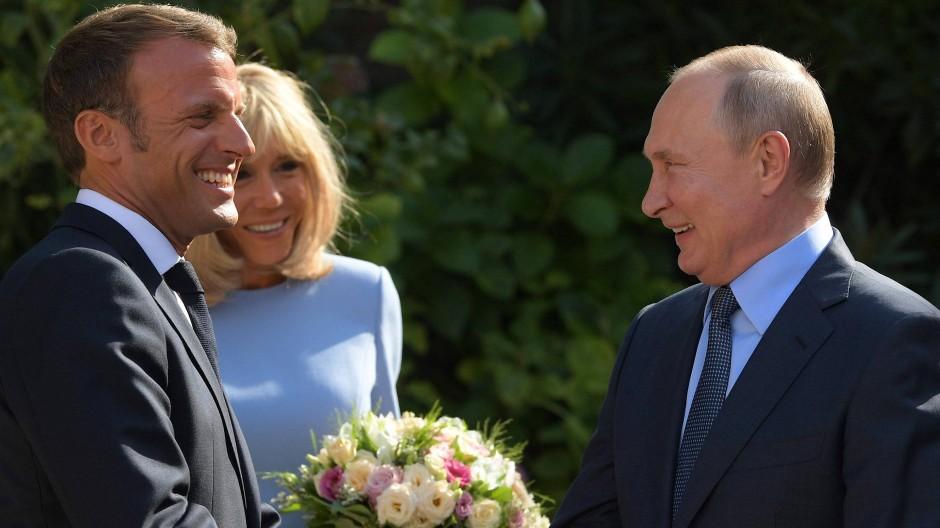 Ende der Eiszeit: Russlands Präsident Wladimir Putin (r) trifft Emmanuel  Macron (l) und seine Frau Brigitte Ende August in Südfrankreich.