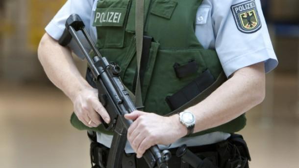 Polizisten gehen auf dem Zahnfleisch